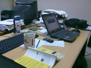 Meja Kerja Berantakan