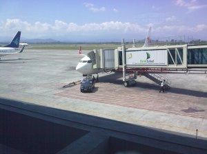 Ngintip Pesawat Ganti Ban