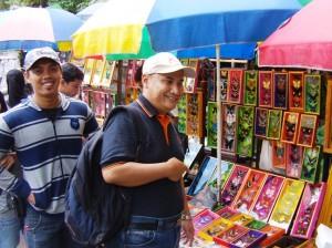 Penjual souvenir di pintu masuk