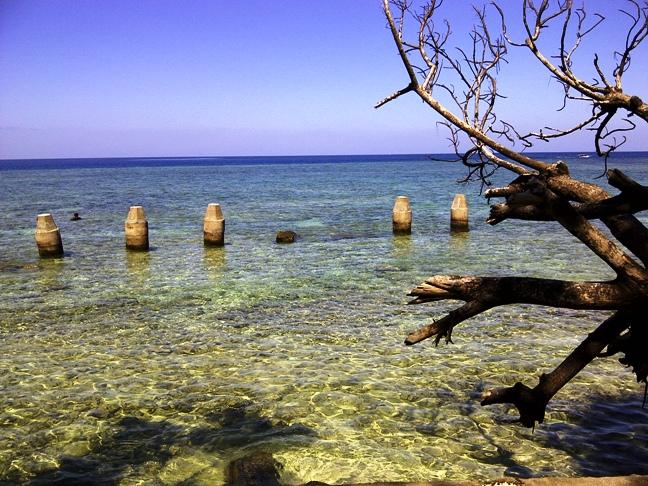 Pemandangan bagian belakang Pulau Samalona