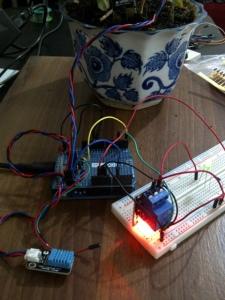 Anggaplah LED hijau itu pompa air mini. Relay juga punya LED utk menunjukkan keaktifannya