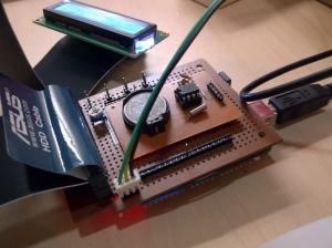 Otaknya menggunakan Arduino Uno yang ada di bawah shield darurat dengan PCB generik