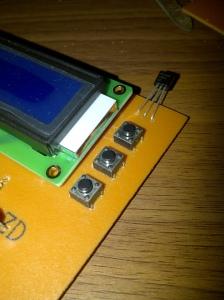 Tombol pengatur ambang dan sensor suhu udara sekitar