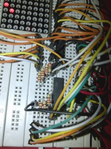 Dua buah shift register 74HC595 untuk mengendalikan display dot matrix