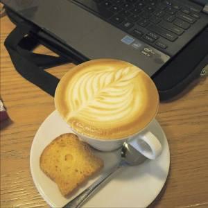 Cappucino, Kue dan Laptop-nya Ping