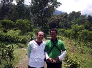 CEO dan pimpinan EO di tengah indahnya perkebunan.