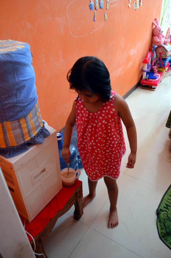 Kirana sedang membuat kopi untuk papanya