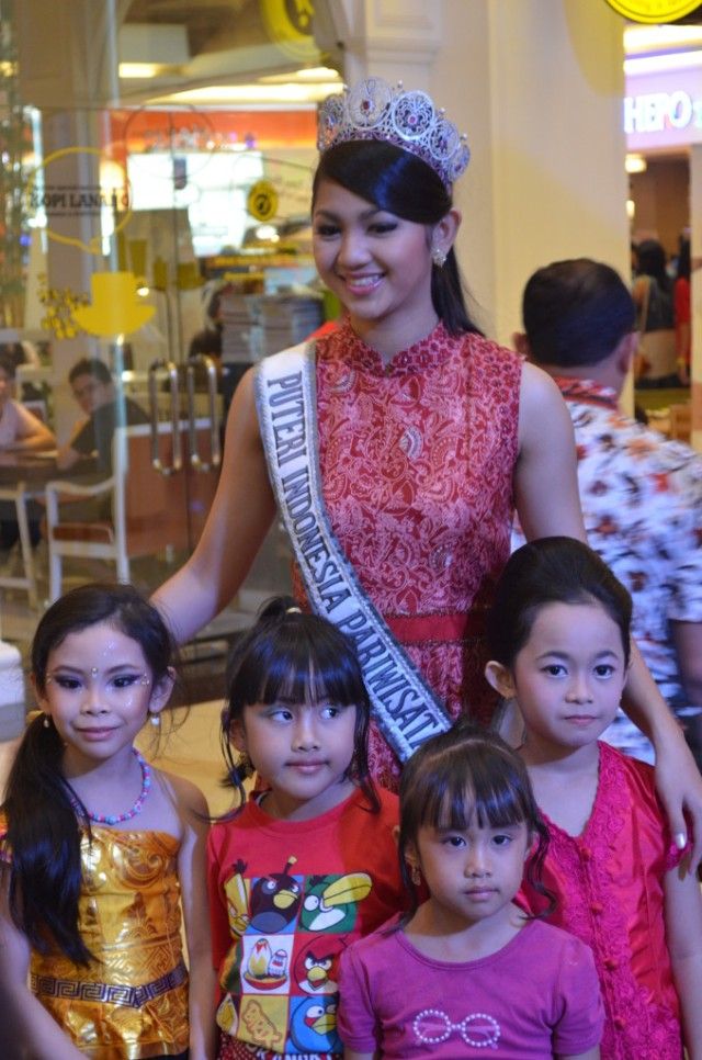 Puteri Pariwisata & para peserta lomba Kartini