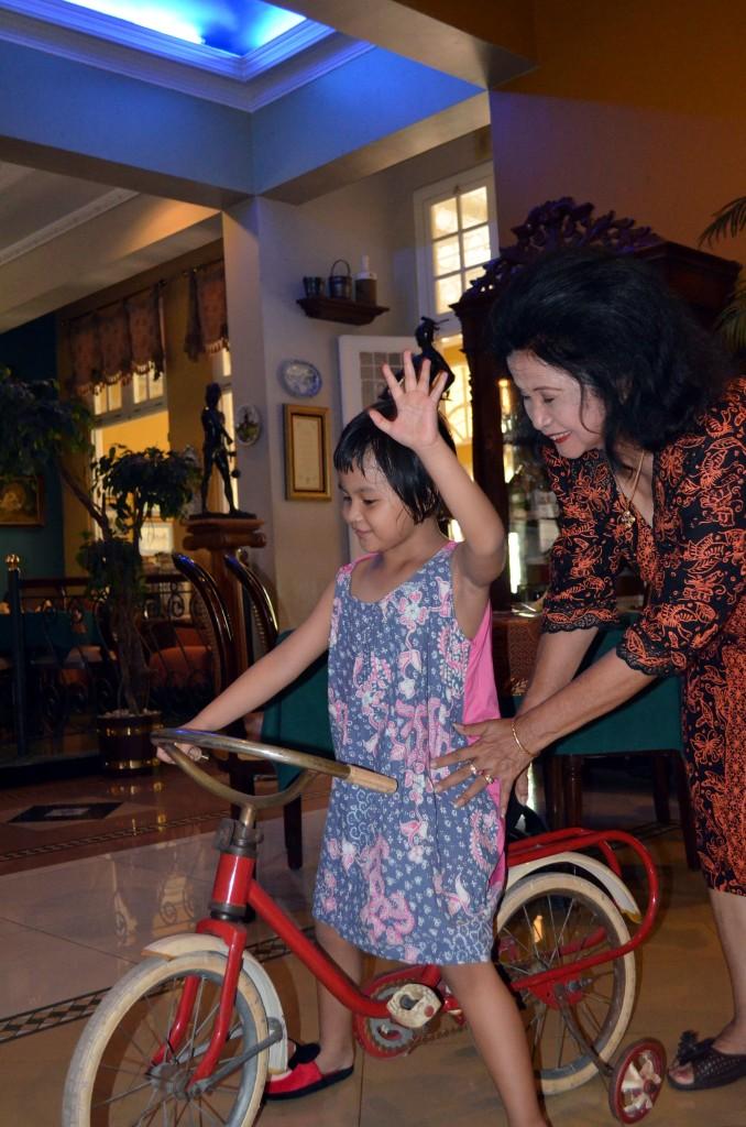 Kirana main sepeda dijagain Eyang Putri