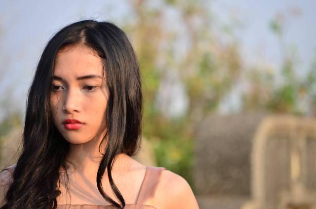 Si gadis meninggalkan makam dengan perasaan hampa (sok essay)