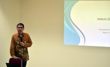 dr. Erik Tapan membawakan materi pembuka