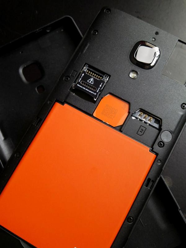 Kartu SIM & baterai terpasang