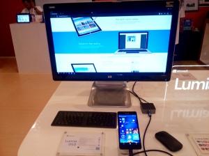 Sambungkan dengan Display Dock dan tambahkan Monitor, Keyboard dan Mouse, maka dia menjadi sebuah PC