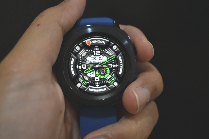 Banyak juga opsi watch face yang gratis dan berbayar. Silakan ganti-ganti supaya tidak bosan.